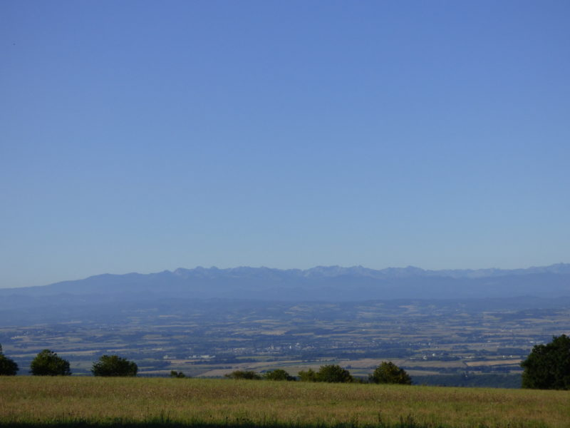 The campsite allows you to see the Pyrenees and the plain of Lauraguais.