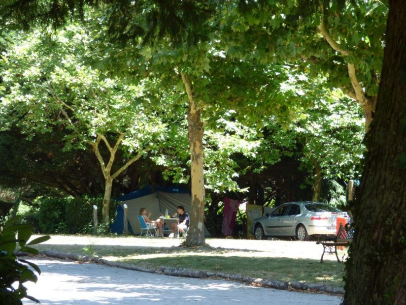 Camping and pitches in the shade in the Aude