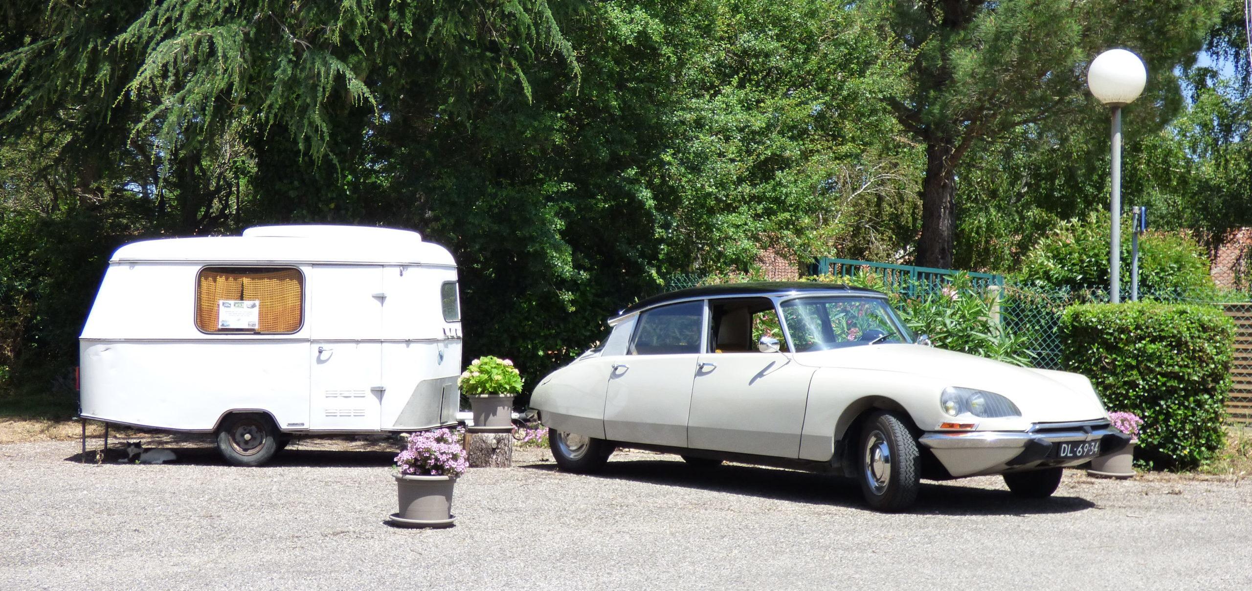 Un véhicule de collection sur son emplacement près de Carcassonne